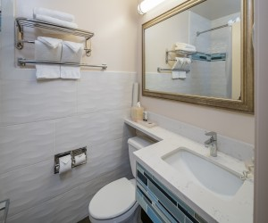Bay Bridge Inn - Updated Guest Bathroom